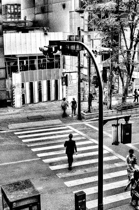 ストライプの上を歩くサラリーマン
