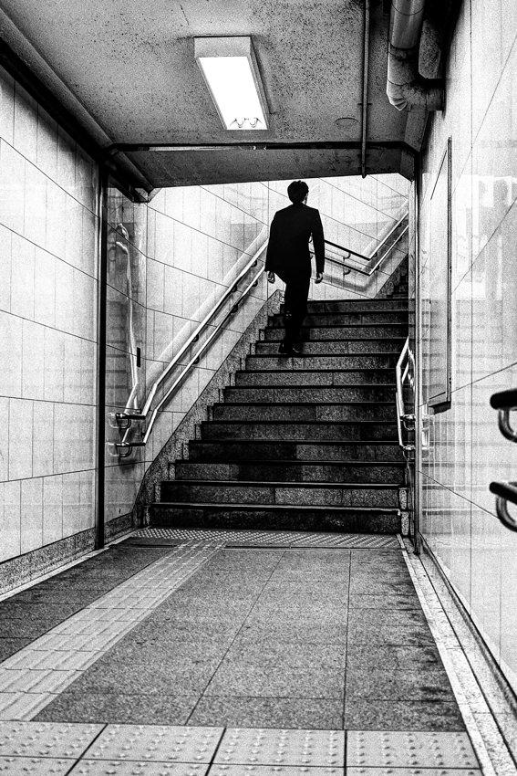 階段を上るサラリーマン