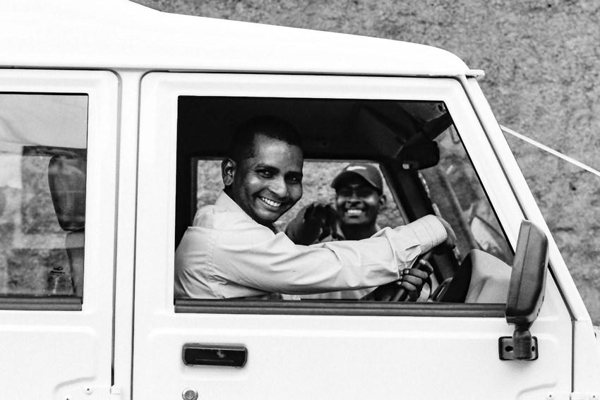 笑うトラックの運転手