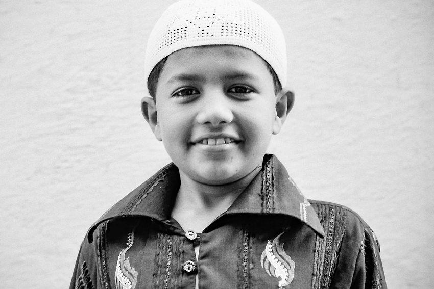 イスラム帽を被った男の子