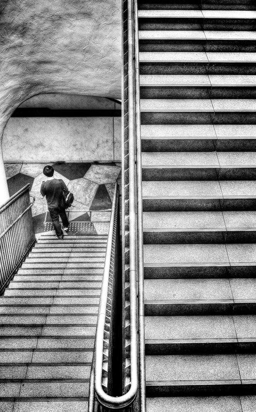階段の下の男