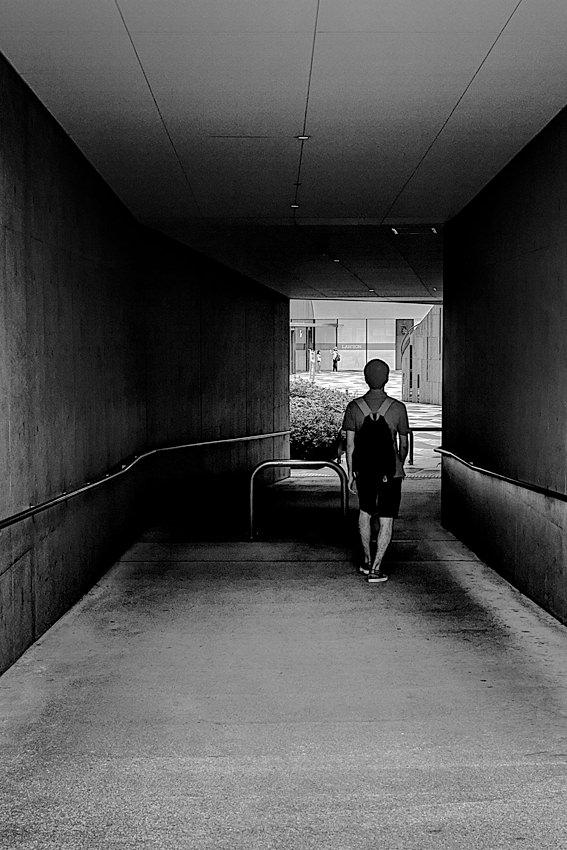 トンネルの中の男