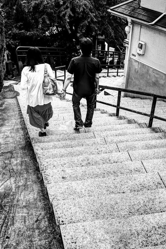 階段を下るカップル