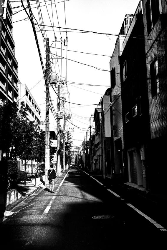 路面に落ちた影