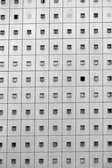 沢山の窓がある壁