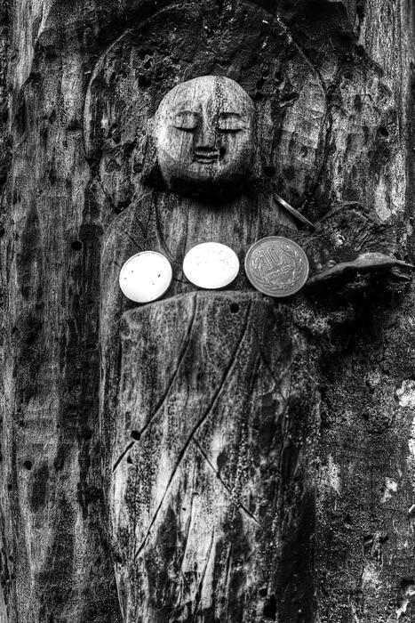 木彫の仏像とコイン