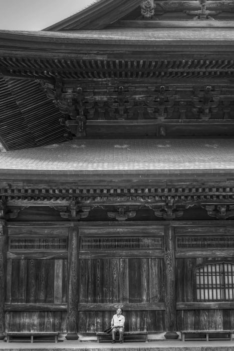 法堂の横のベンチで休む