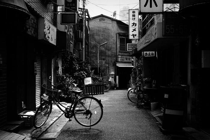 誰もいない路地の自転車