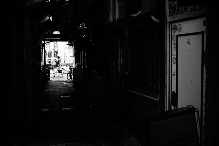 薄暗い路地の扉