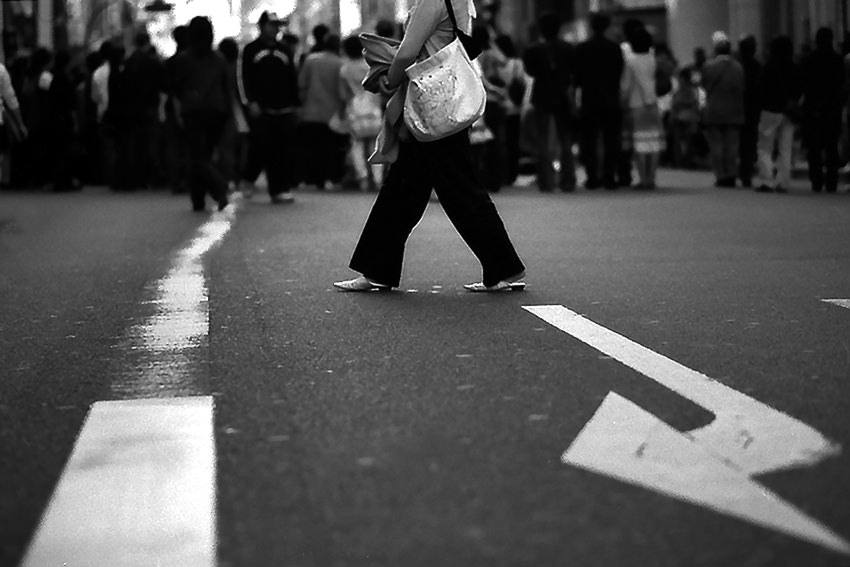 道の真中を歩く女性