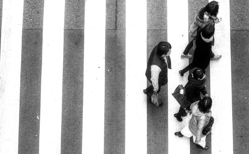 横断歩道を渡る歩行者