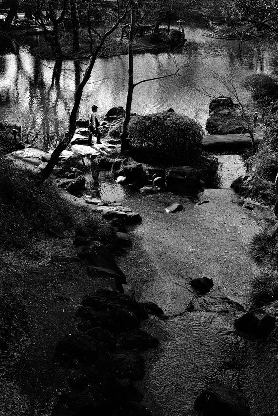 飛び石の上の人影