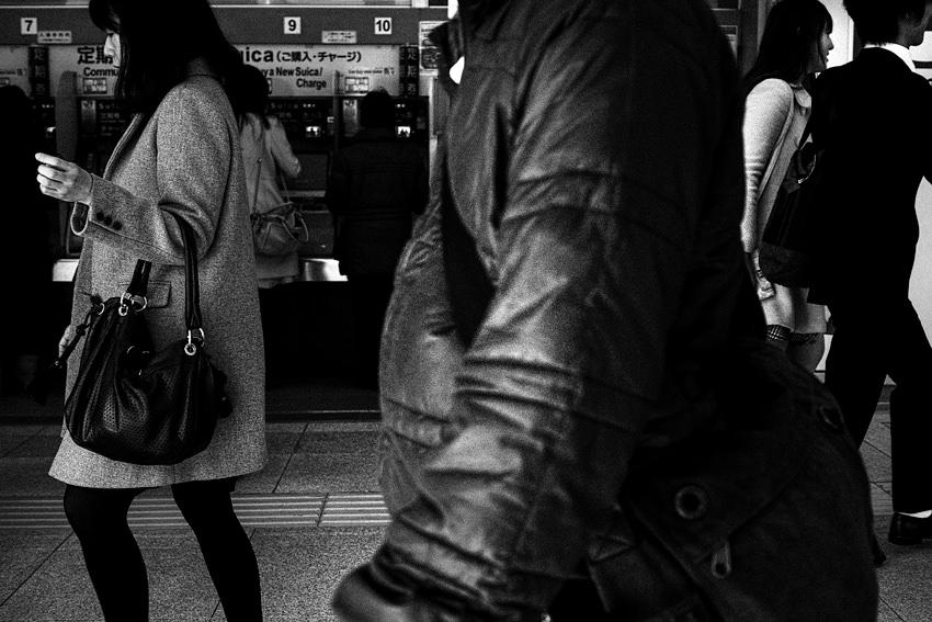 駅前の歩行者
