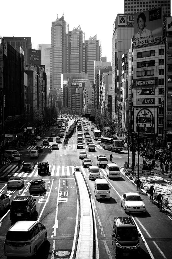 新宿駅近くの甲州街道