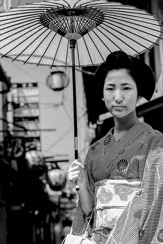 番傘を差す和服を来た女性