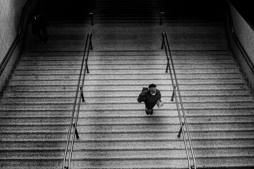 階段の上の女性