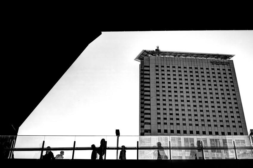 歩道橋と高いビル