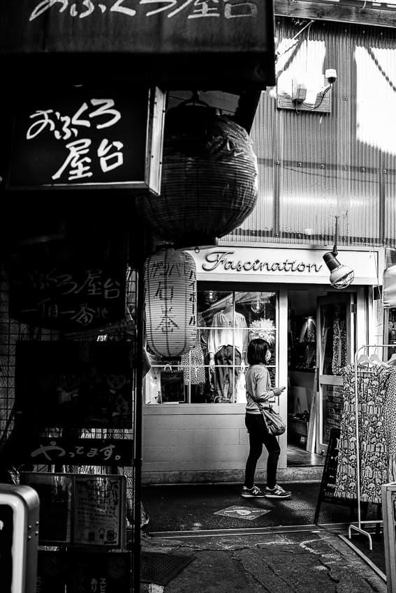 路地を歩く女性