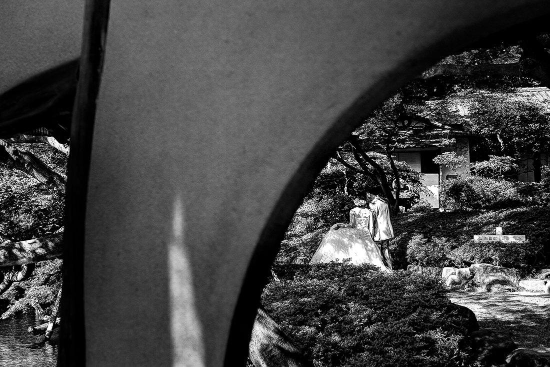 Bridal couple in the garden of Happo-En