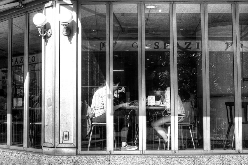 喫茶店の中に腰を下ろしていた女の子