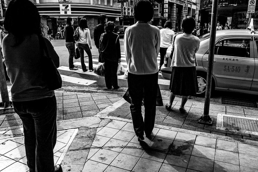 交差点に立つ歩行者