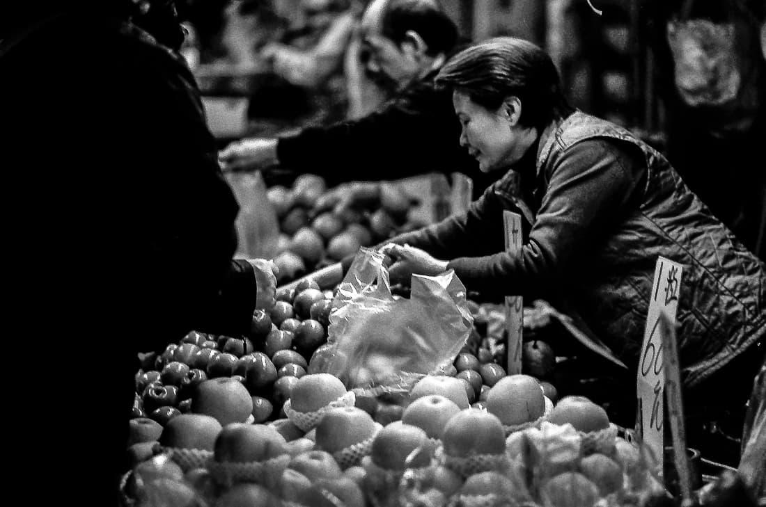 林檎を売る女性