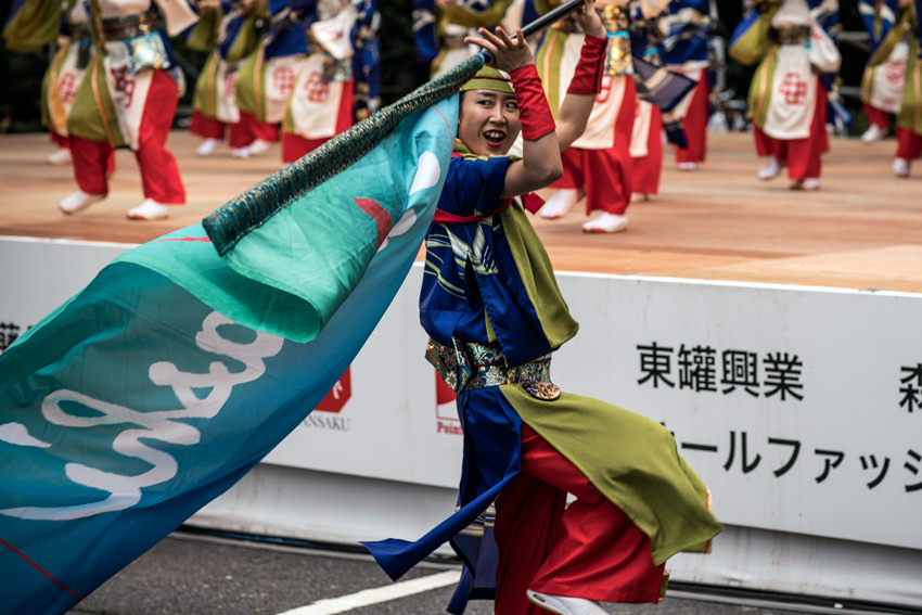 旗を振る女性