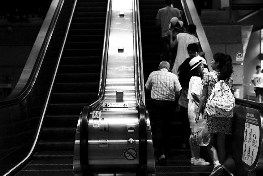 MRT駅のエスカレータ