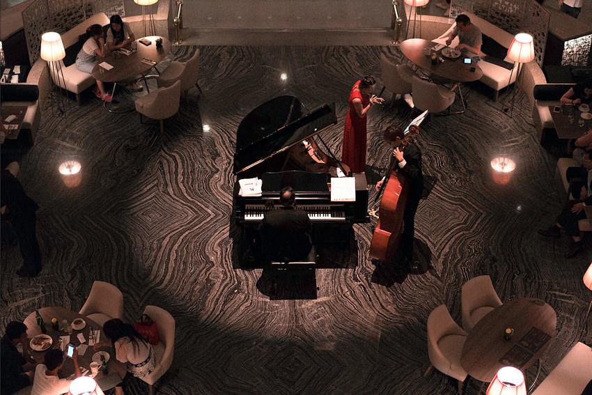 ピアニストとコントラバス奏者と歌手
