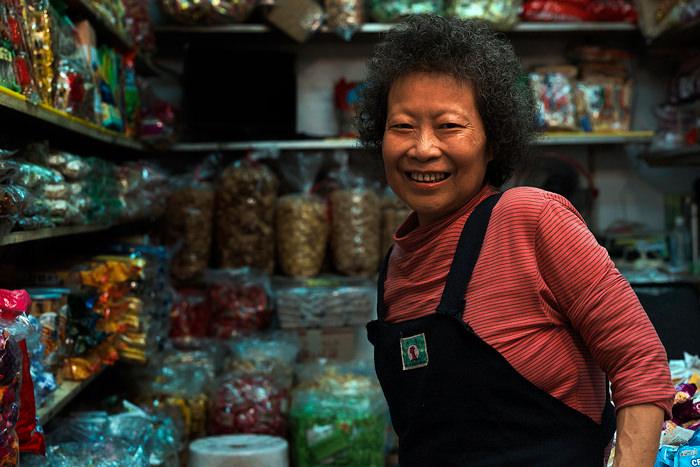 お菓子屋の女性