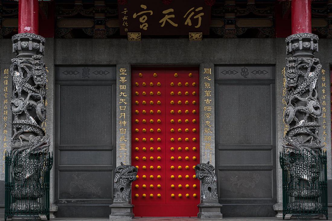 行天宮の赤い扉と黄色い乳鋲