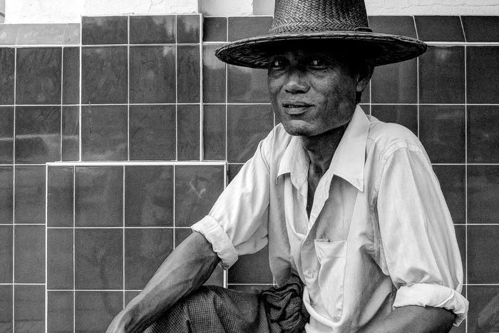 籐製の帽子を被った男