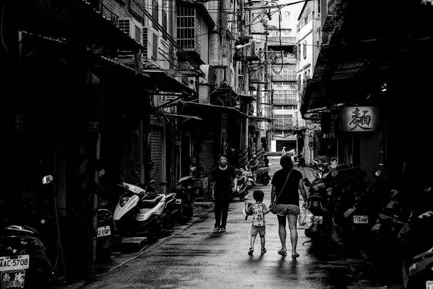 通りを歩いていた親子連れ