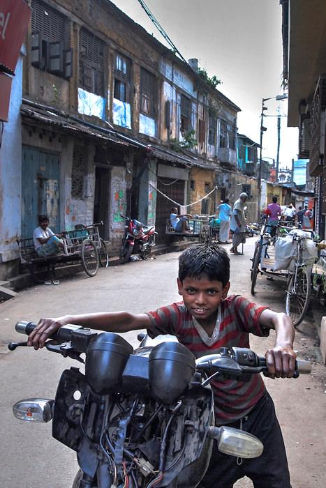 バイクを押す男の子