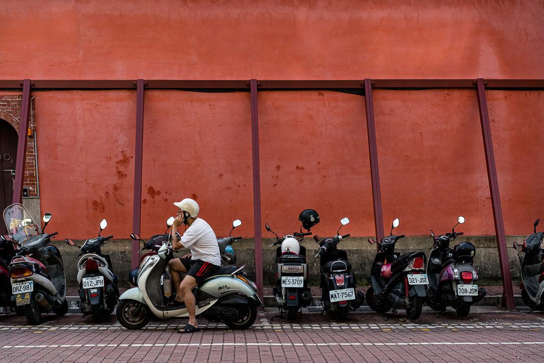 赤い壁の前のバイク