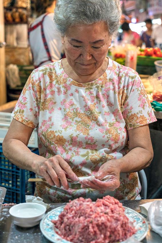 ミンチ肉を包んでた女性