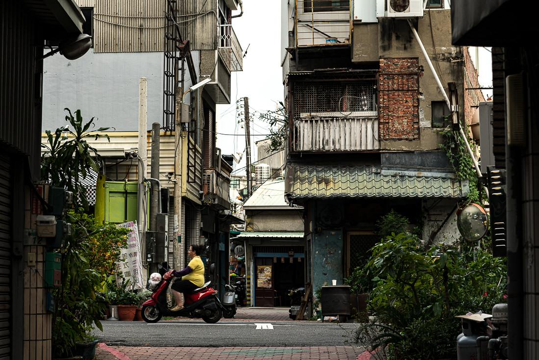 住宅街を走るバイク