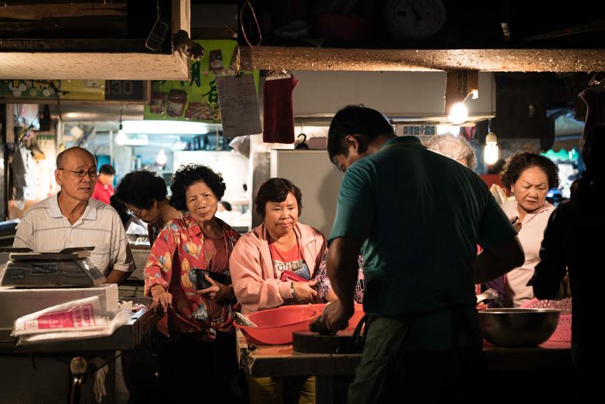 肉屋の店頭に並ぶ客