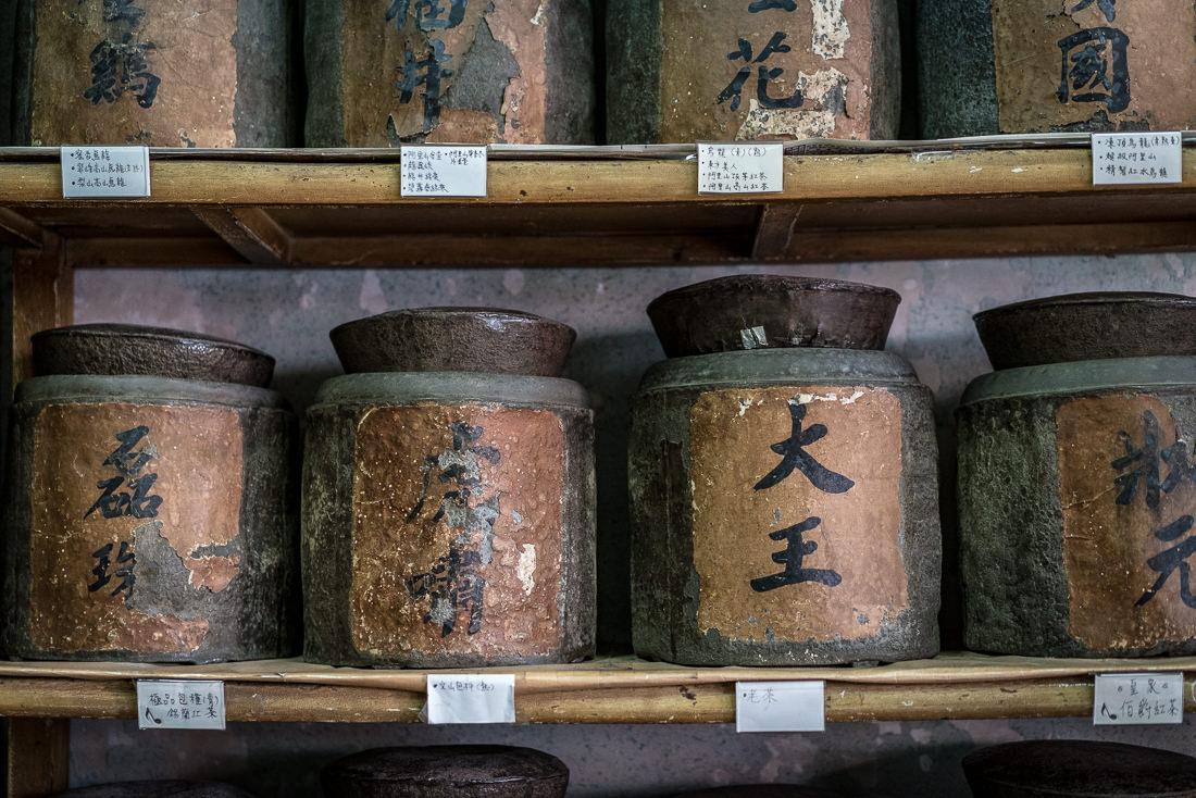 古めかしい茶の容器