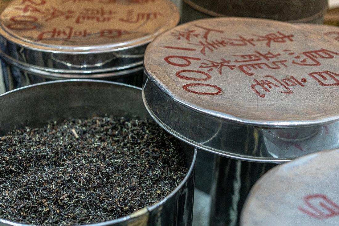 缶の中の烏龍茶の茶葉