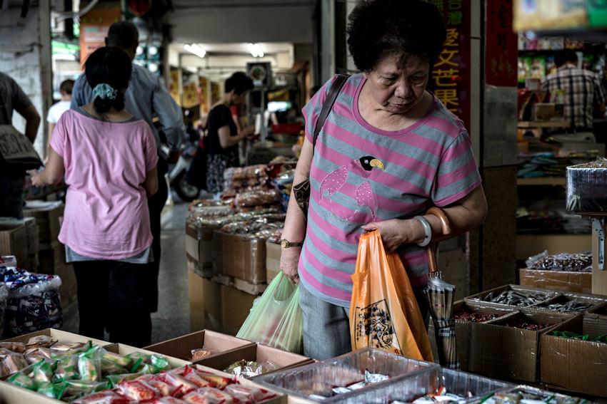 陳列された商品を見て回る女性