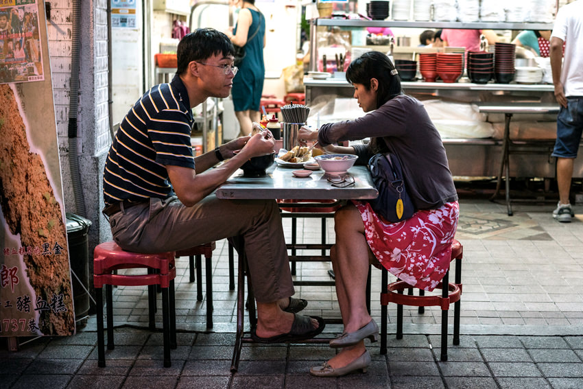 麺を食べるカップル