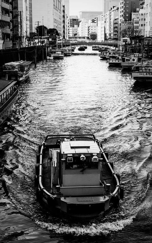 川を進むタグボート