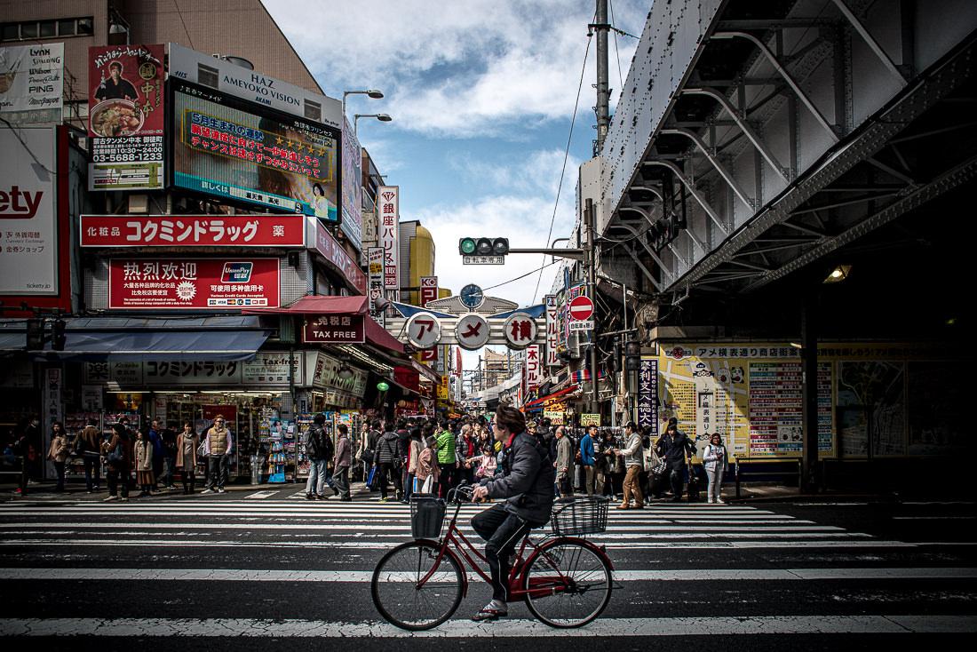 道を走る自転車