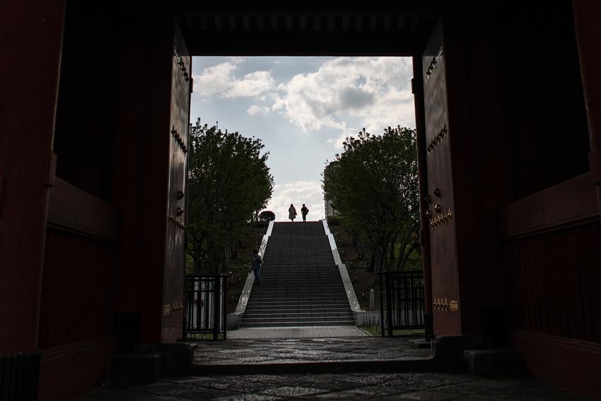 門の向こうに見える人影