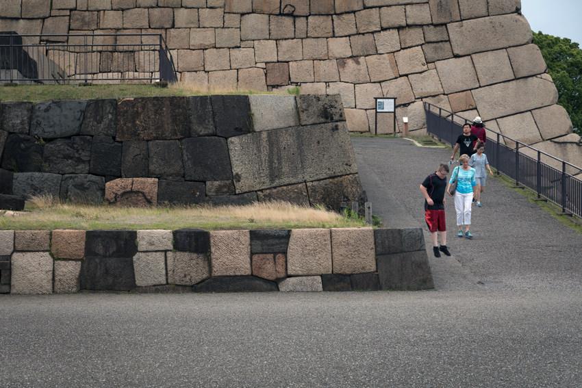 石垣からジャンプ
