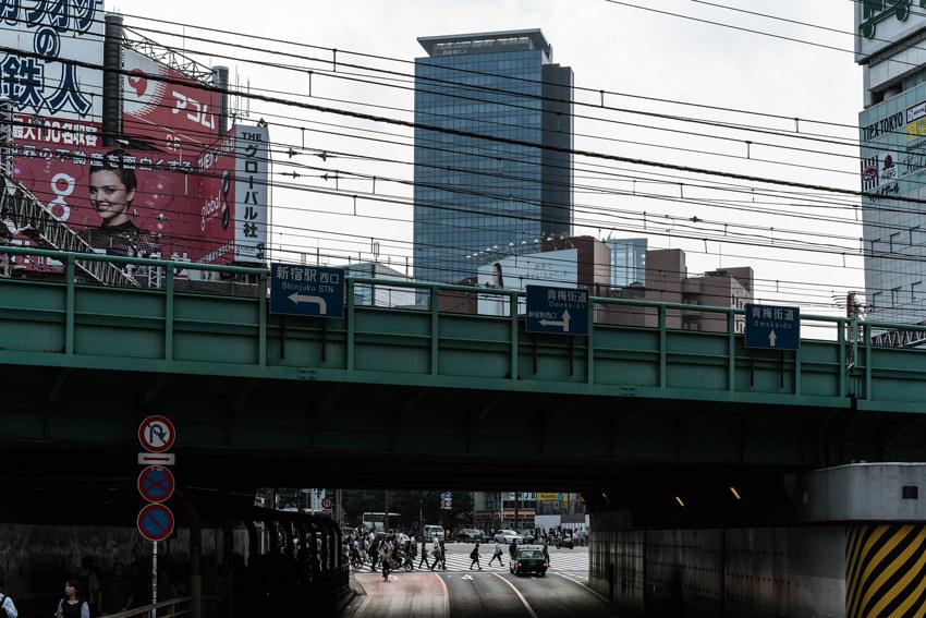 新宿大ガードの向こうに見える横断歩道