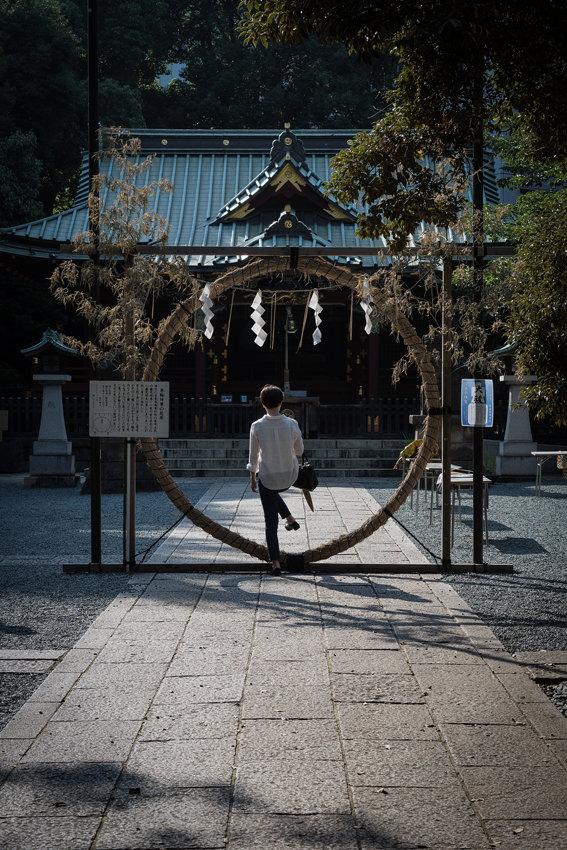 金王八幡宮で茅の輪をくぐる女