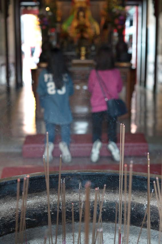 香炉の向こうに二人の女性