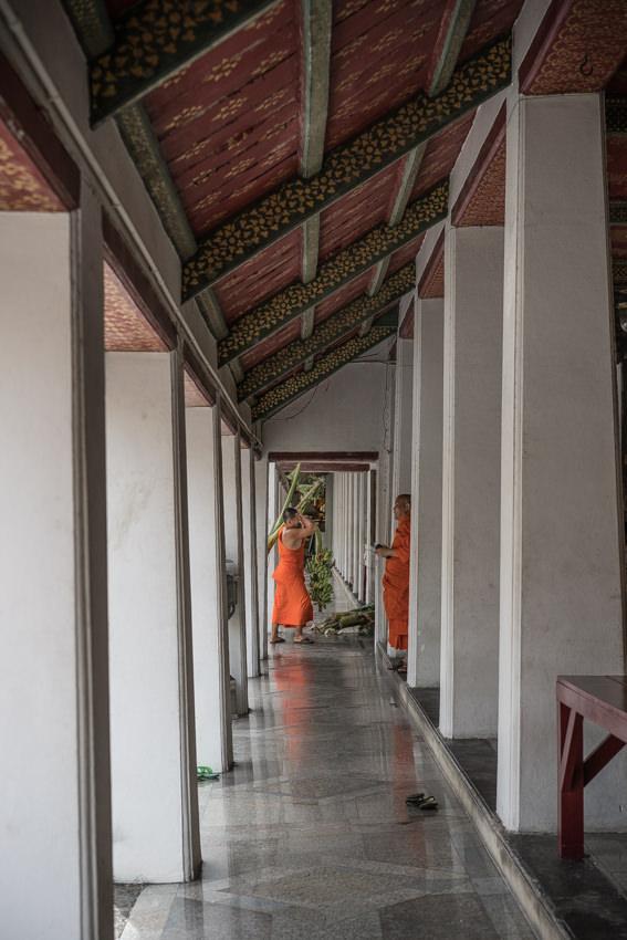 廊下の先に見えた僧侶